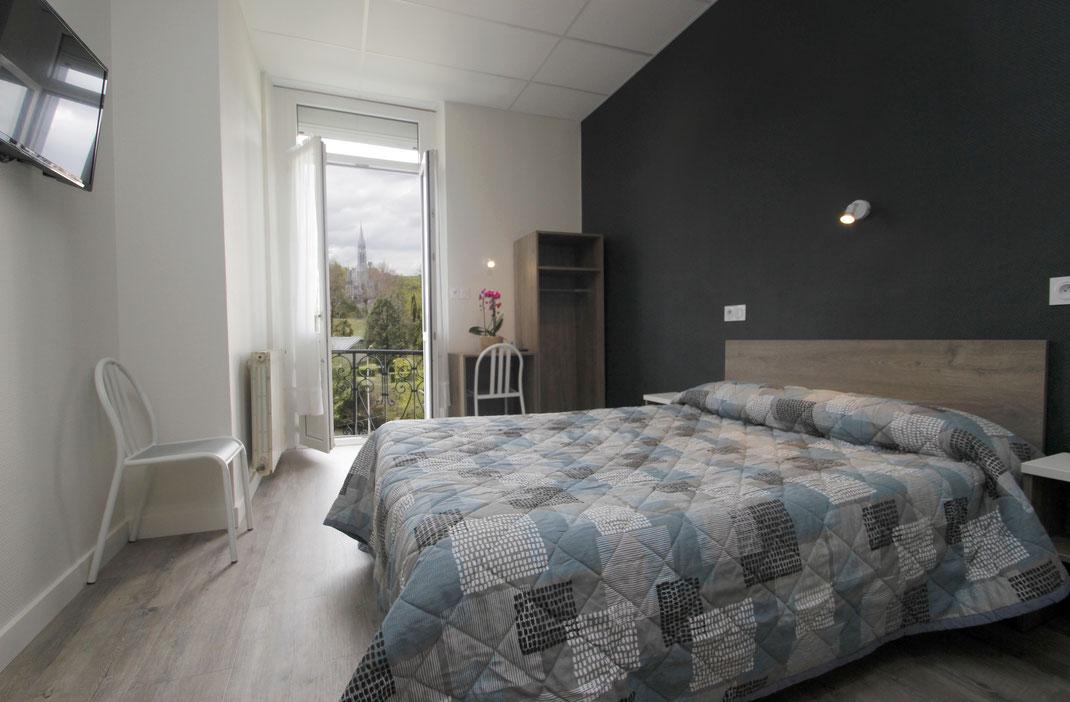 Remise des clés de la chambre à l'hôtel Montfort à Lourdes