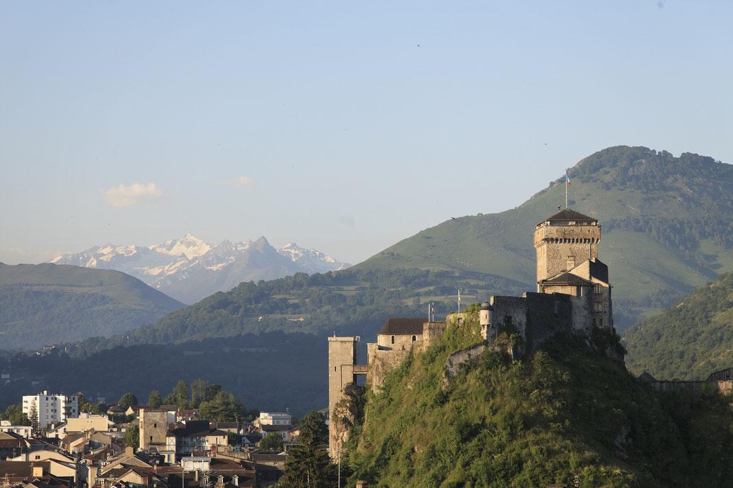 Le château fort de Lourdes, vue sur les Pyrénées enneigées