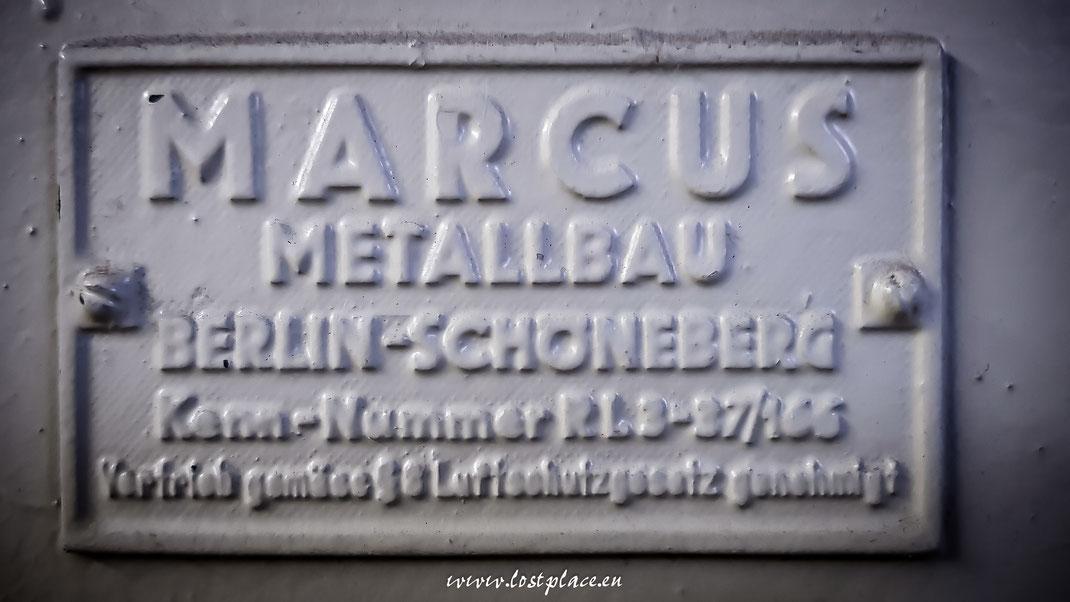 Metallschild an der Tür zum Schutzraum