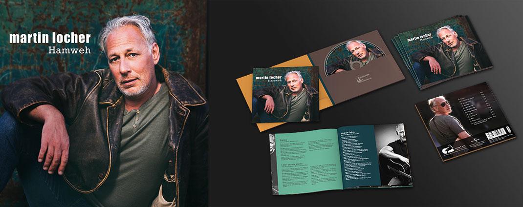 """Layout vom CD-Cover, CD und Booklet von """"mei Zeit"""" von Herzgluat. Das Design zeigt die Gruppe kunstvoll Fotografiert auf einer Uhr. Das Design ist in rot-weiß gehalten"""