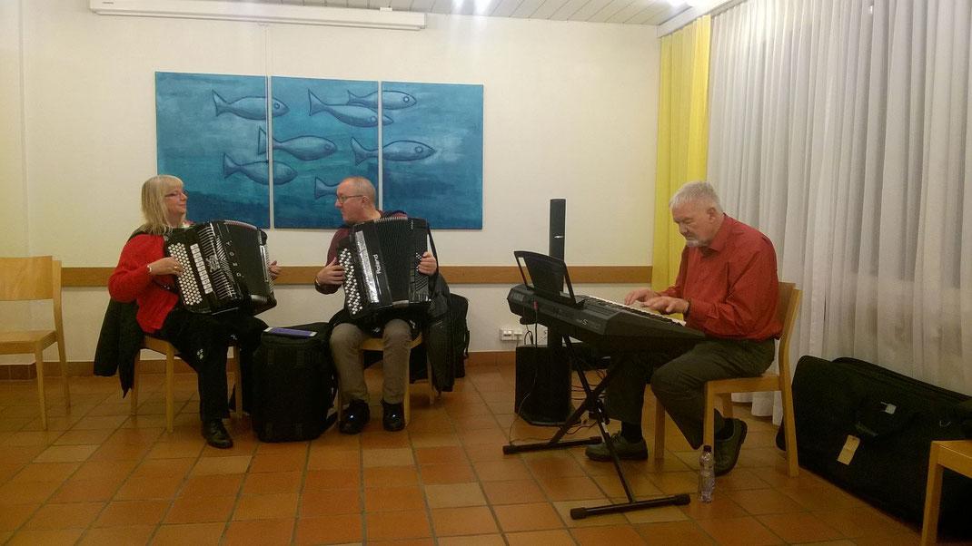 Am E-Piano werden wir von Walter Wiederkehr begleitet.