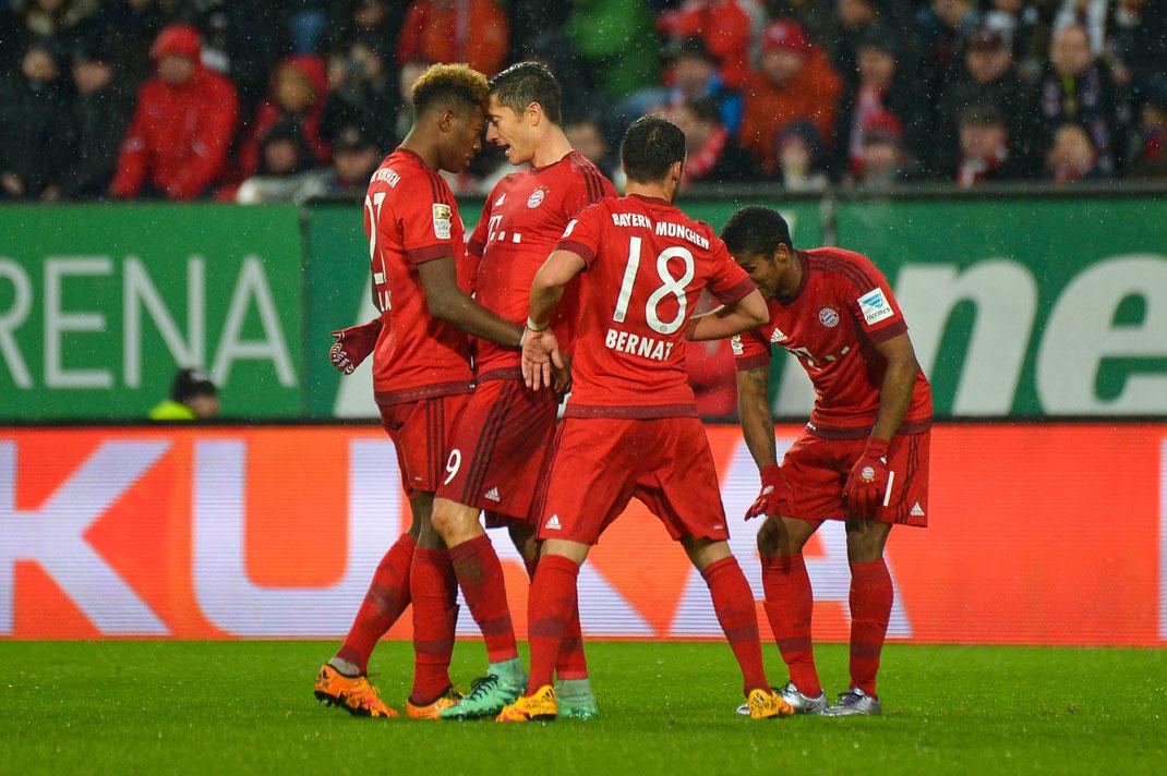 Jubel bei David Alaba und Robert Lewandowski beim 3:1-Erlog des FC Bayern München in Augsburg