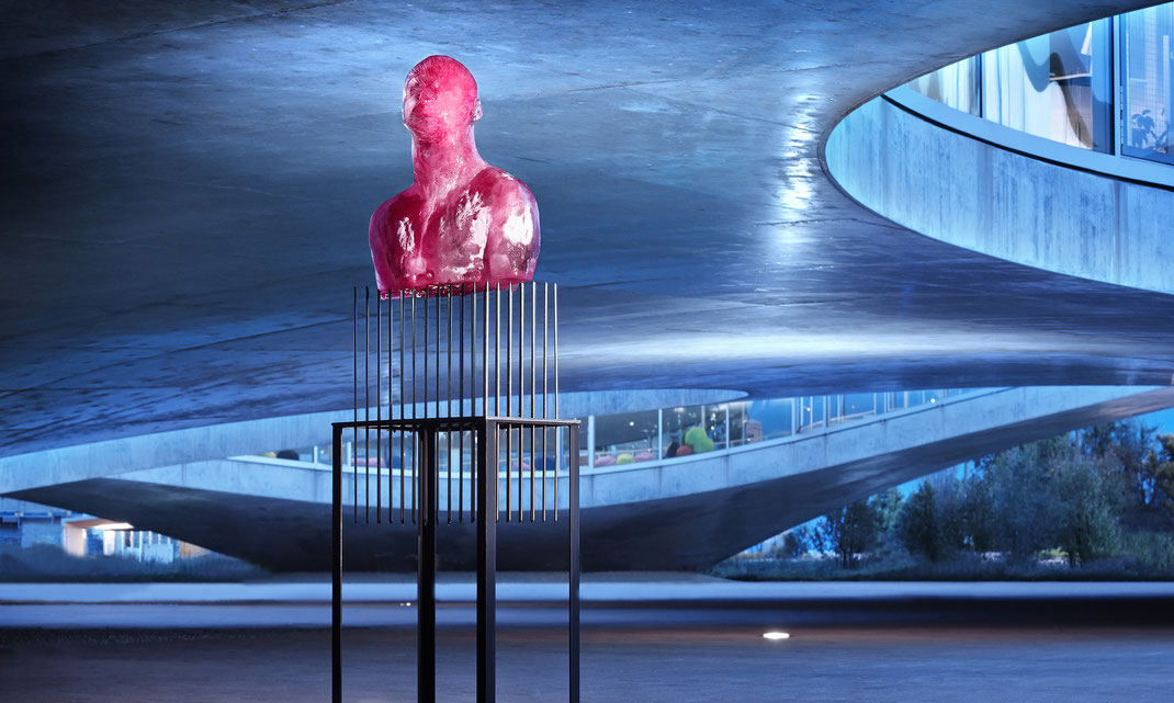 franticek-klossner-gegenwartskunst-performative-ephemere-skulptur-selbstportrait-in-eis-schmelzende-koerper