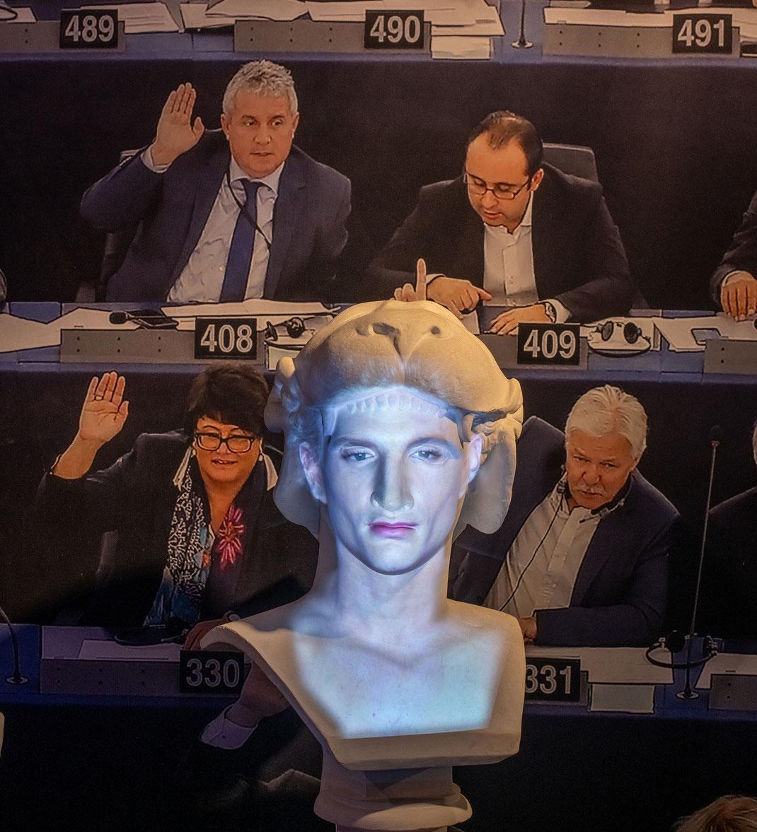 Europa-Parlament-Plenarsaal-Bruessel-Bildungsprojekt-Kulturelle-Vielfalt-Politik-Ausstellung-FACING-HISTORY-Kulturgeschichte-digital-Schauspieler-Ben-Gageik