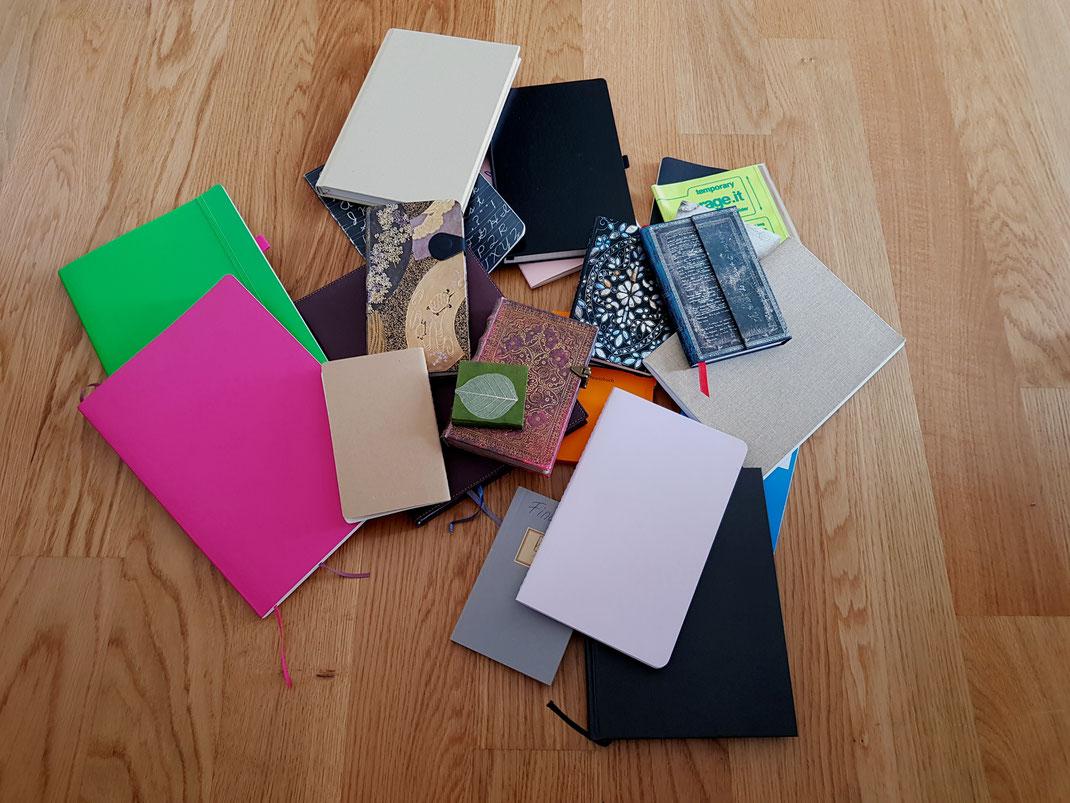 Apropos Tagebuch führen und Notizen machen: Das ist eine Auswahl an meinen Notizbüchern. Ich kann diesen im Laden einfach nicht widerstehen. Jetzt müssen sie nur noch alle mit genialen Ideen gefüllt werden …