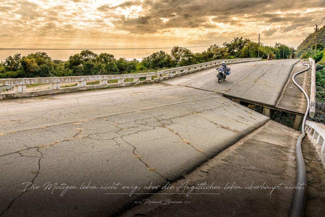 Die Mutigen leben nicht ewig, aber die Ängstlichen leben überhaupt nicht | Richard Branson | Fernweh & Inspiration | Wanderlust & Inspiration | Motorrad-Poster mit inkl. inspirierenden Zitat