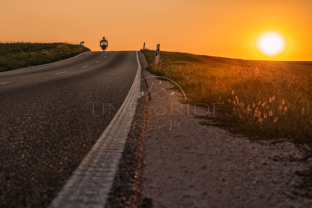 Golden Ride | Goldene Fahrt | Bavaria | Germany | Riding whilst the sun is going down the horizon is every time again a special moment | Motorrad-Abenteuer-Fotografie | Motorcycle ADV Photography | Poster & Leinwände