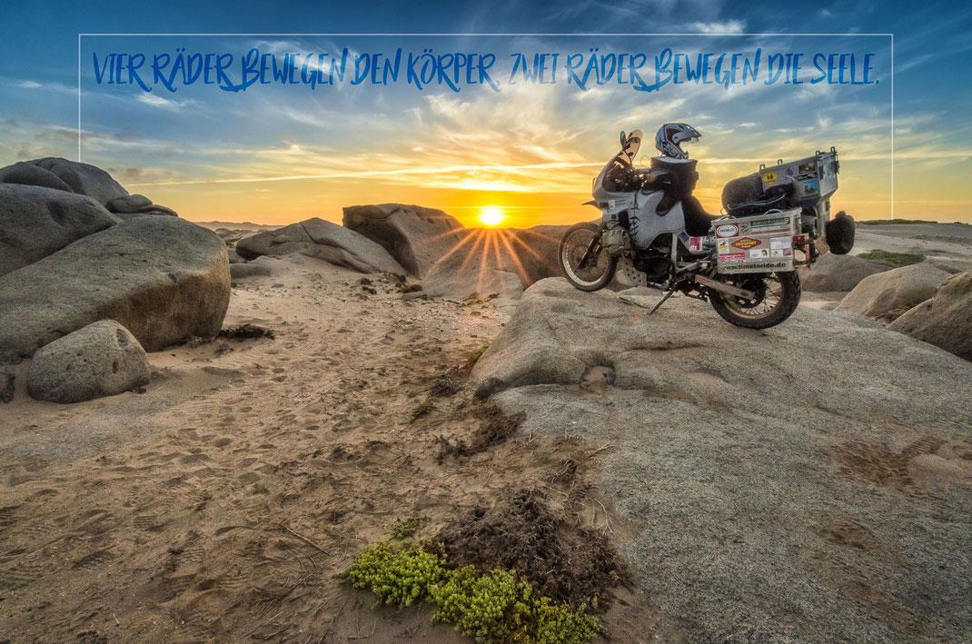 Vier Räder bewegen den Körper, zwei Räder bewegen die Seele | Fernweh & Inspiration | Wanderlust & Inspiration | Motorrad-Poster mit inkl. inspirierenden Zitat