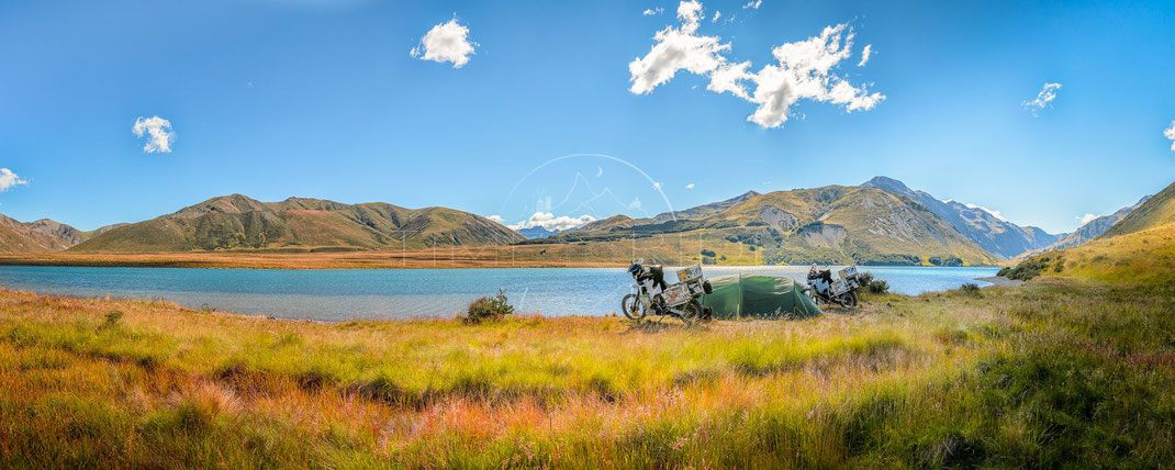 Hotel by the Lake | Das Hotel am See | Lake Tennyson | South Island | New Zealand | Motorrad-Abenteuer-Fotografie | Motorcycle ADV Photography | Poster & Leinwände