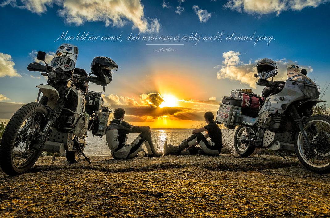 Man lebt nur einmal, doch wenn man es richtig macht, ist einmal genug | Mae West | Fernweh & Inspiration | Wanderlust & Inspiration | Motorrad-Poster mit inkl. inspirierenden Zitat