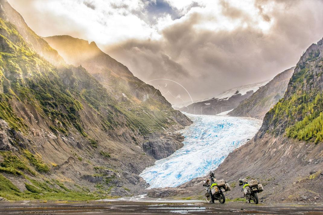 Nature in the Spotlight   Die Natur im Rampenlicht   Bear Glacier   Canada   Motorrad-Abenteuer-Fotografie   Motorcycle ADV Photography   Poster & Leinwände