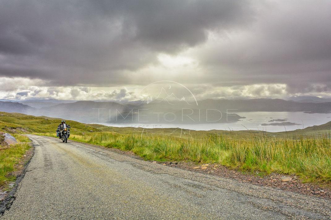 Stormy Climb | Stürmische Auffahrt |Applecross | Scotland | Spectacular ride up the famous Applecross peninsula | Motorrad-Abenteuer-Fotografie | Motorcycle ADV Photography | Poster & Leinwände