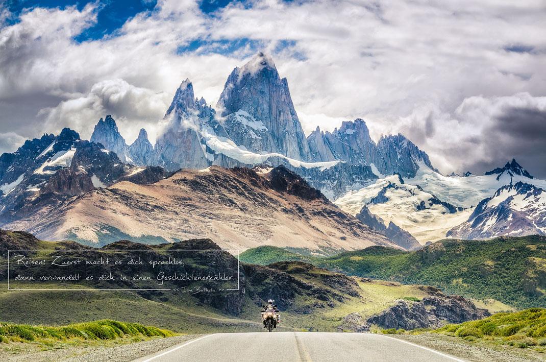 Reisen:  Zuerst macht es dich sprachlos, dann verwandelt es dich in einen Geschichtenerzähler   Ibn Battuta   Fernweh & Inspiration   Wanderlust & Inspiration   Motorrad-Poster mit inkl. inspirierenden Zitat