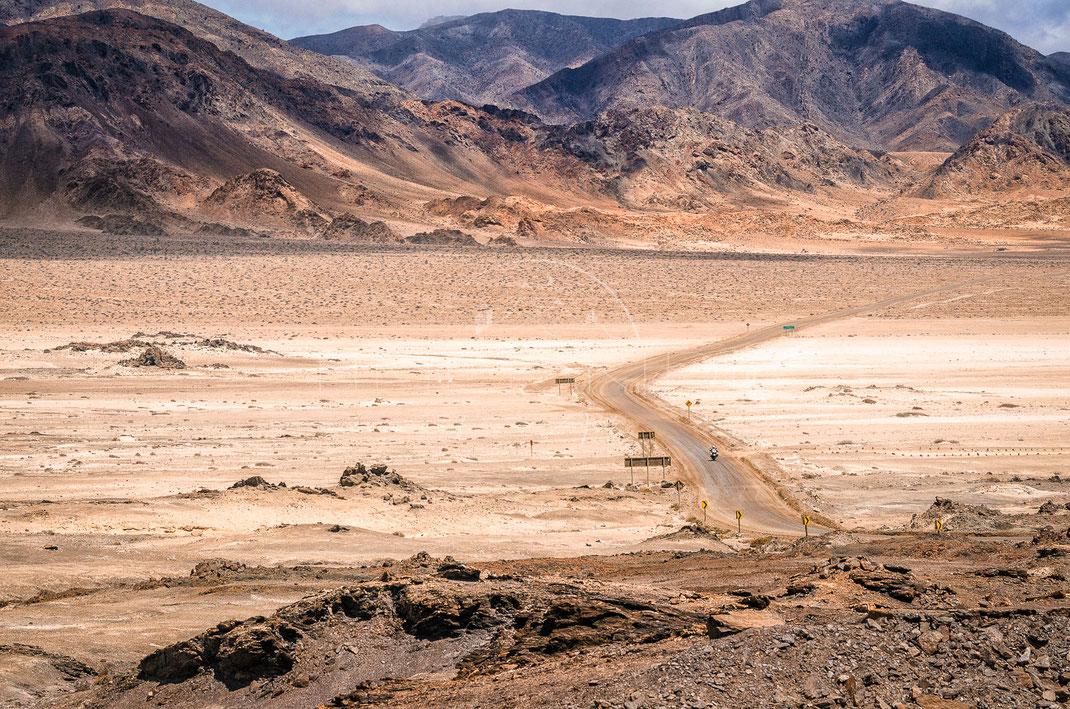 Moonride | Ritt auf dem Mond | Atacama Desert | Chile | Motorrad-Abenteuer-Fotografie | Motorcycle ADV Photography | Poster & Leinwände