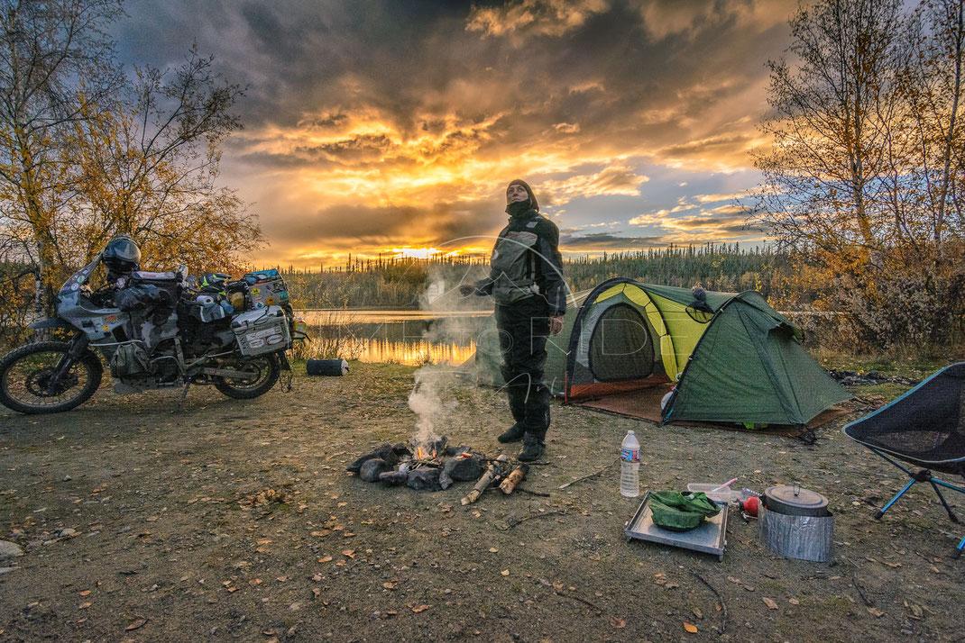 Home in the Wild | Zuhause in der Wildnis | Yukon Territory | Canada | Motorrad-Abenteuer-Fotografie | Motorcycle ADV Photography | Poster & Leinwände