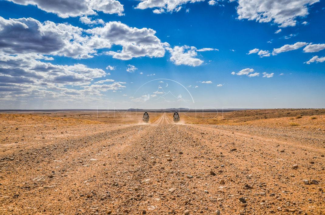 Endless | Grenzenlos | Oodnadatta Track | Australia | Motorrad-Abenteuer-Fotografie | Motorcycle ADV Photography | Poster & Leinwände
