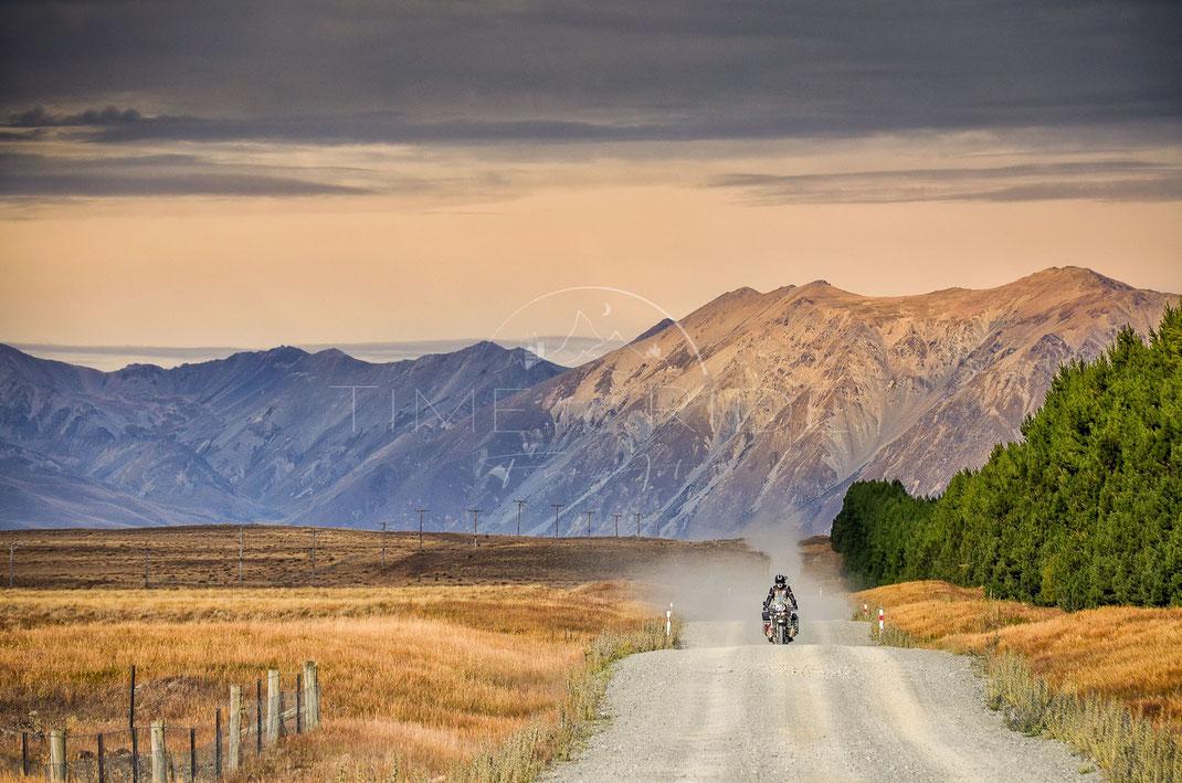 Dust till Dusk   Staub bis zur Dämmerung   South Island   New Zealand   Riding on a dusty track towards the horizon   Motorrad-Abenteuer-Fotografie   Motorcycle ADV Photography   Poster & Leinwände