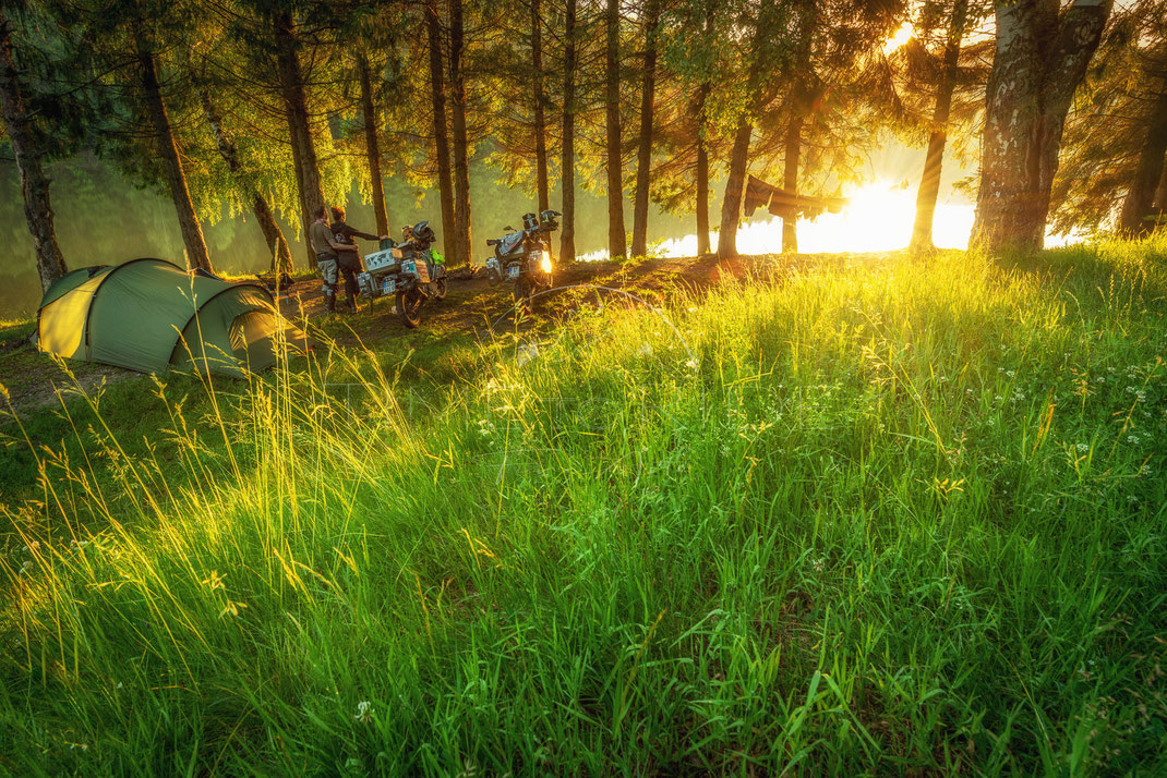 Home Sweet Home | Trautes Heim, Glück allein | Trei Ape | Romania | Motorrad-Abenteuer-Fotografie | Motorcycle ADV Photography | Poster & Leinwände