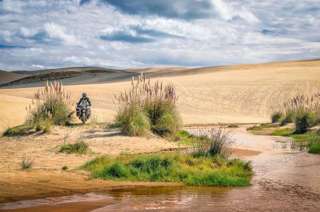Footprints in the Sand | Spuren im Sand | Te Paki Ginat Sand Dunes | New Zealand | Motorrad-Abenteuer-Fotografie | Motorcycle ADV Photography | Poster & Leinwände