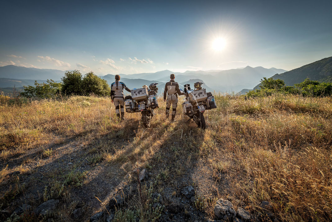 Far beyond the Horizon | Weit hinter dem Horizont | Greece | As a team, no obstacle is too big | Motorrad-Abenteuer-Fotografie | Motorcycle ADV Photography | Poster & Leinwände