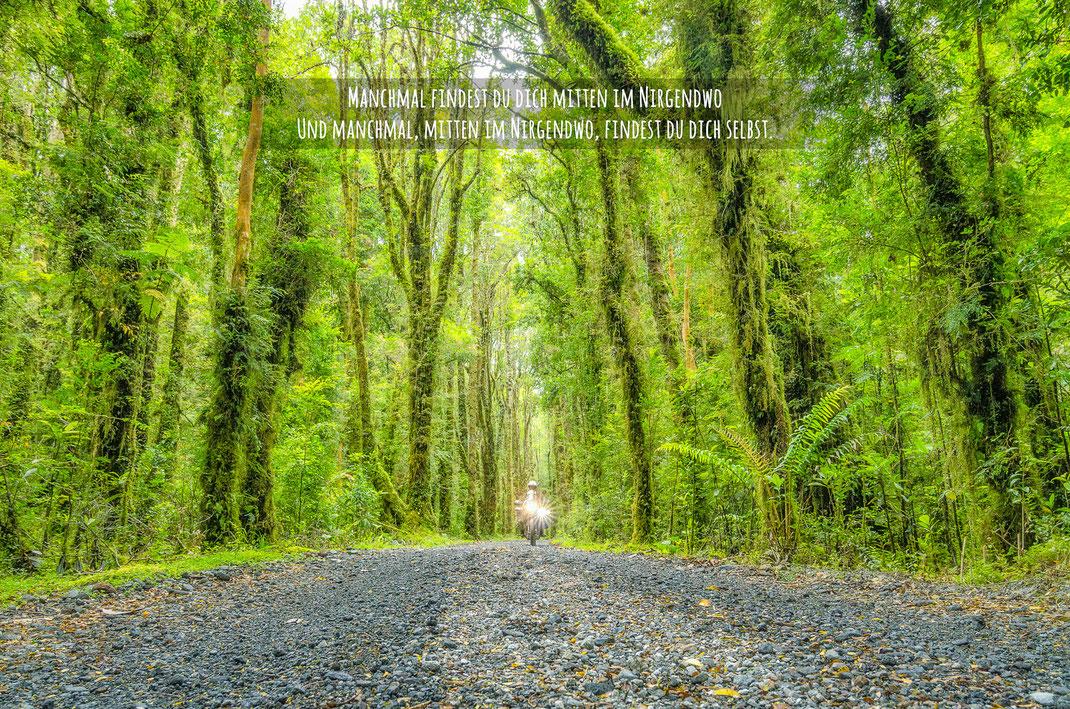 Manchmal findest du dich mitten im Nirgendwo - Und manchmal, mitten im Nirgendwo, findest du dich selbst | Fernweh & Inspiration | Wanderlust & Inspiration | Motorrad-Poster mit inkl. inspirierenden Zitat