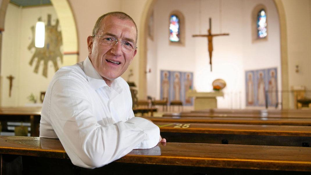 Pastor Matthias Fuchs hat schon in vielen verschiedenen Gemeinden des Bistums Essen gearbeitet. Er ist der neue Priester in Duisburg-Wanheimerort. (WAZ-Foto: Oliver Mueller / FUNKE Foto Services)