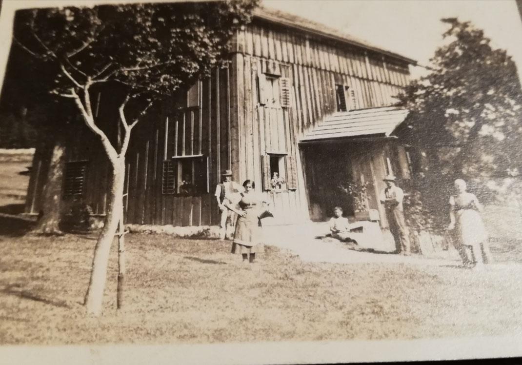 Foto vom Ferienhaus um 1935 mit Gästen der Sommerfrische