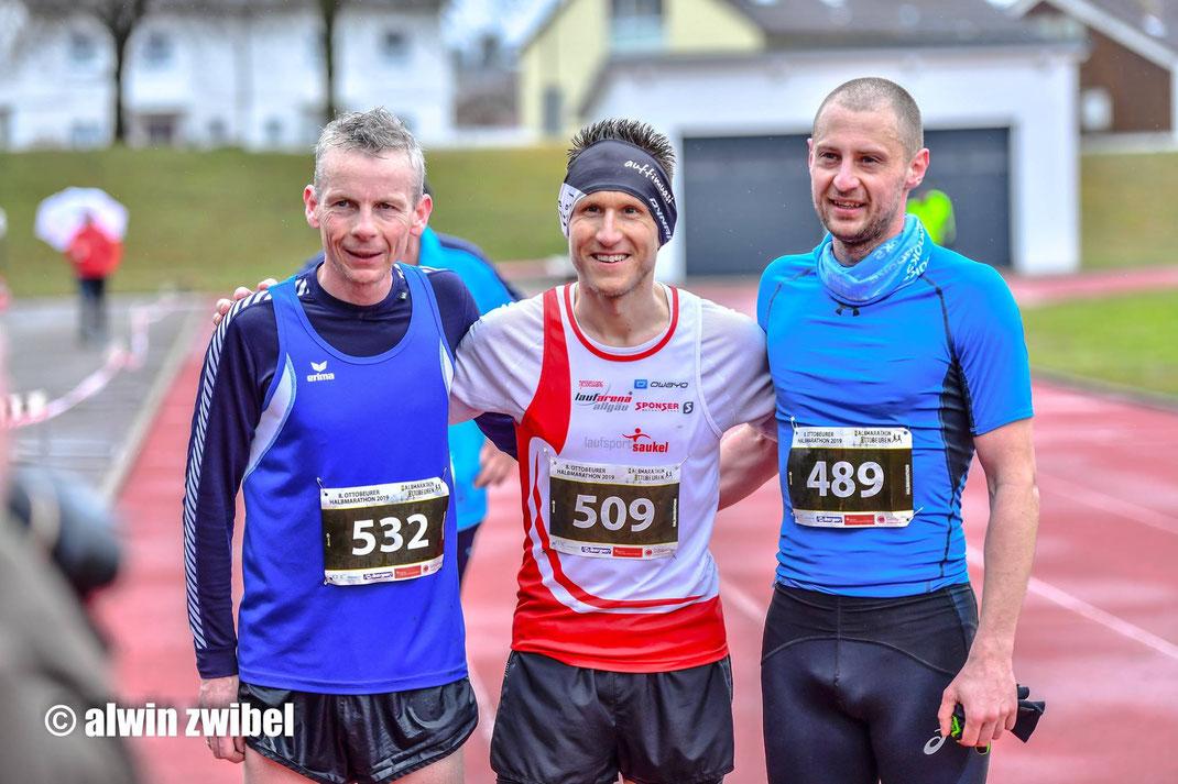Gesamtsieger Halbmarathon Ottobeuren (v.l.): 2. Clive Brown (TG Biberach - IRL), 1. Wittmann Steffen (Laufarena Allgäu - GER), 3. Mantas Simkus (Zwazipower deluxe - LTU) [Foto: alwinzwibel)