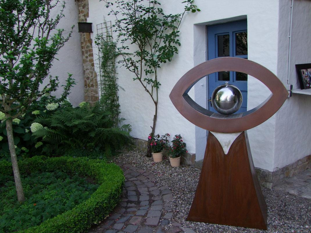 Brunnen in Augenform Stahl und Edelstahl kombiniert.Bild vom 23.06.2012 Kunst trifft Naturgartenl