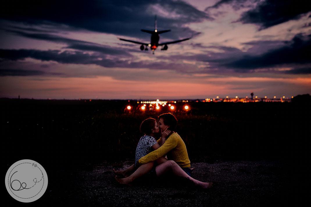 Portrait-lifestyle-Frauenliebe-Paar-Sonennuntergang-Flughafen-Liebe