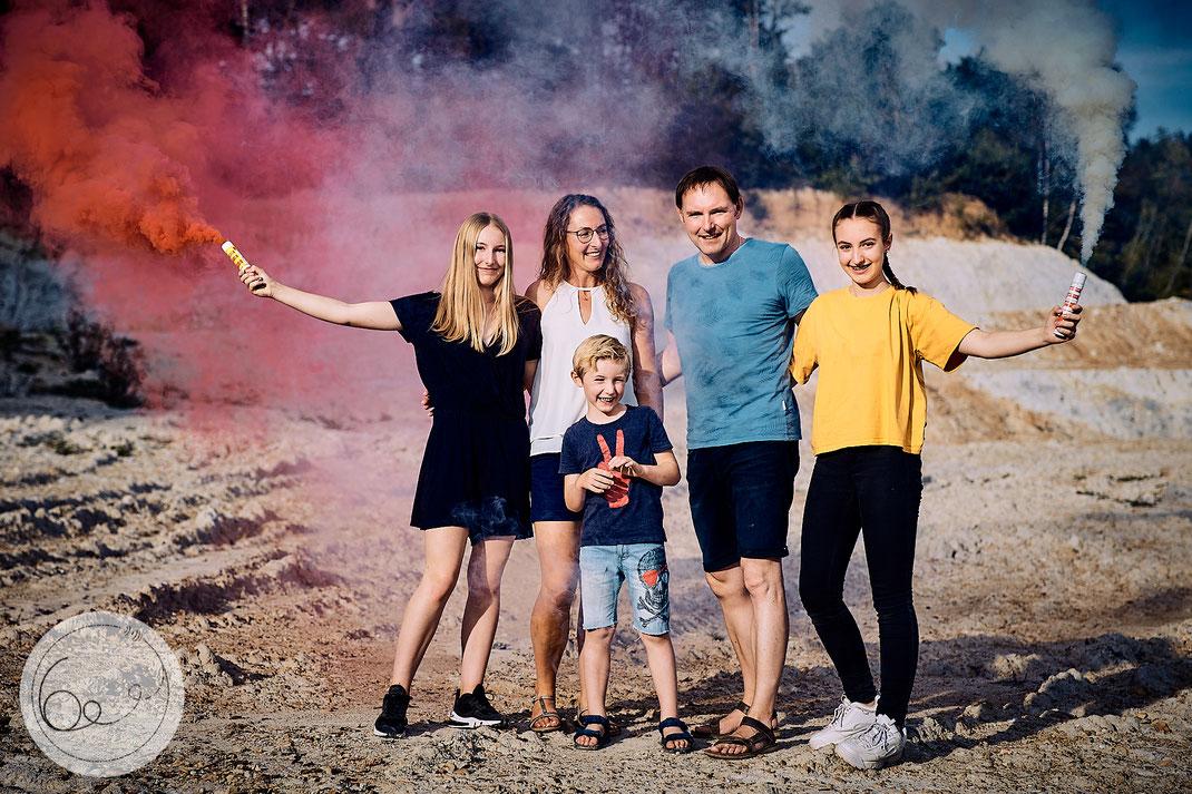 Portrait-lifestyle-Familie-Kinder-Rauchfackeln