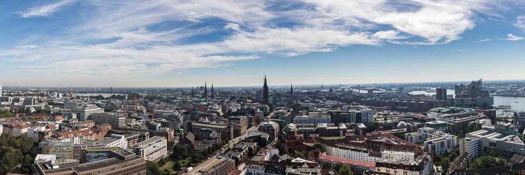 Panorama Elbphilharmonie Langungsbruecken Hamburg Sonne