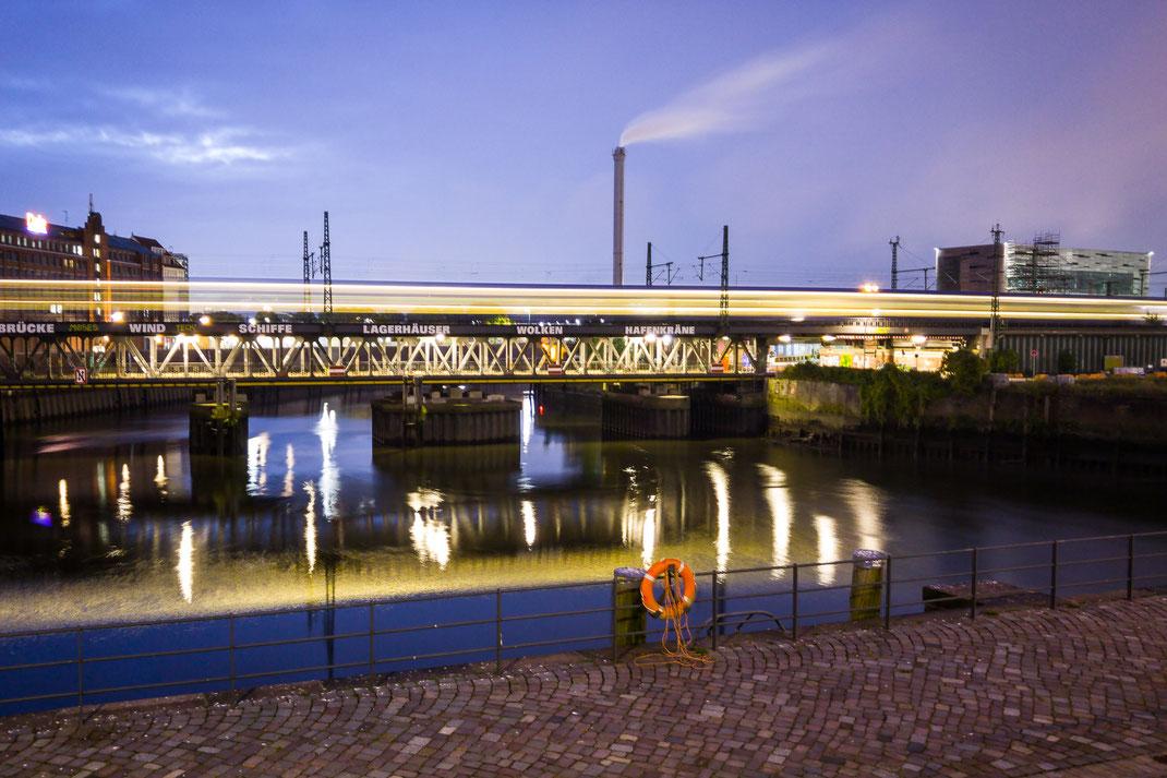 Lichtstreifen auf einer Eisenbahnbrücke, Langzeitbelichtung