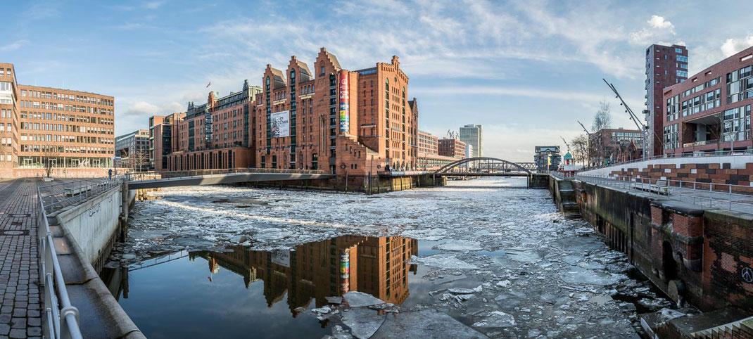 Martimes Museum Hamburg mit Eis auf dem Wasser um das Gebäude