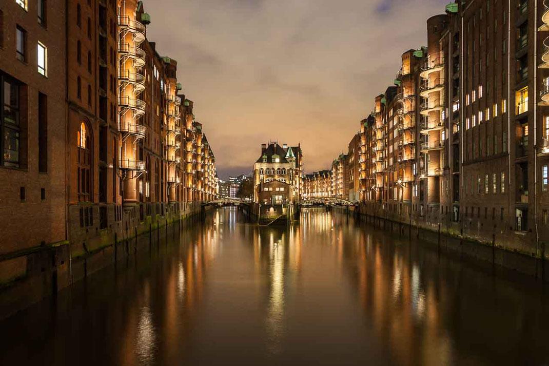 Speicherstadt beleuchtet Fleet Wasser Gebaeude Hamburg Historisch