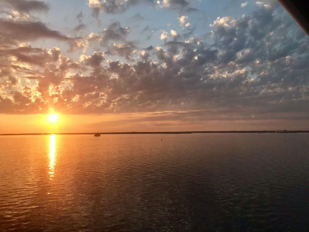 We keken naar de zonsondergang vanaf de veerboot op onze overtocht terug naar Den Helder