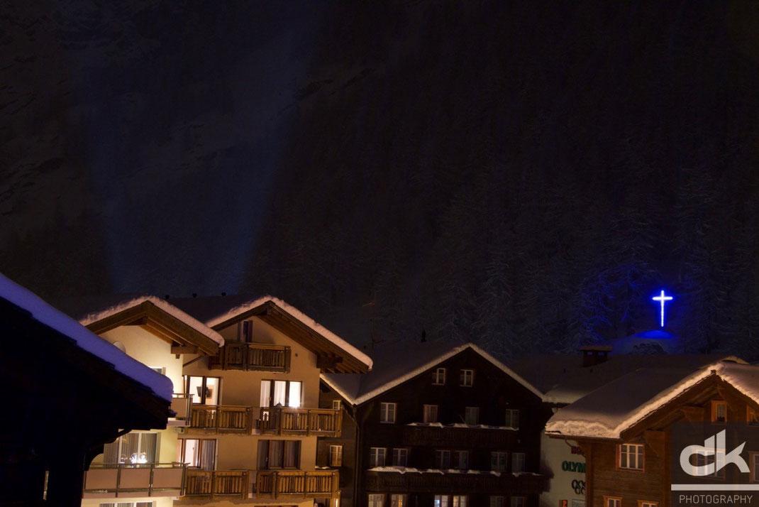 Schneefall in Saas Almagell bei Nacht