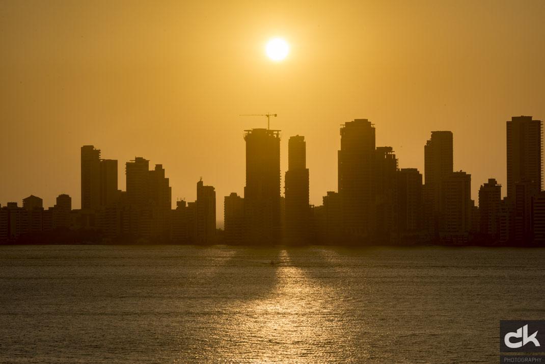 langsam senkt sich die Sonne über der Neustadt von Cartagena