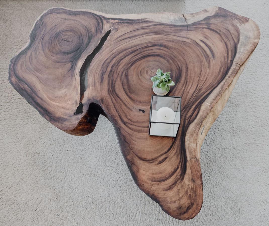 Einzigartig, Atemberaubend und wunderschön. Tische aus einer Baumscheibe sind echte Unikate und machen mit Ihrer außergewöhnlichen jede Einrichtung extravagant