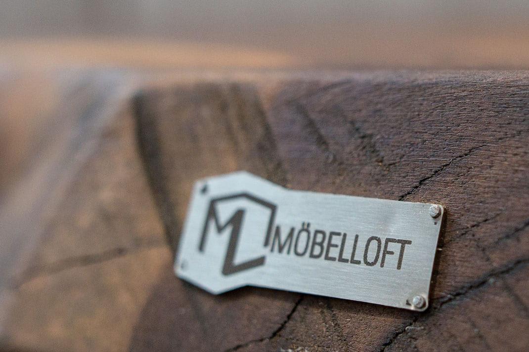 Möbelloft Namensschild aus Stahl auf Holz