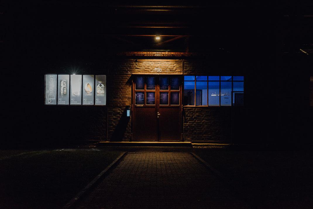 Eingang Möbelloft im Dunkel