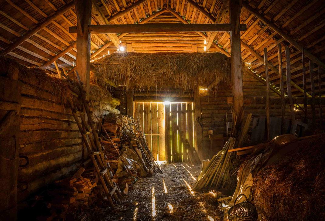 Geschichten aus dem Scheunen-Inneren - Aus den alten Scheunenbalken entsteht in einem liebevollen Prozess ein neuen Altholzunikat - mir originaller Patina