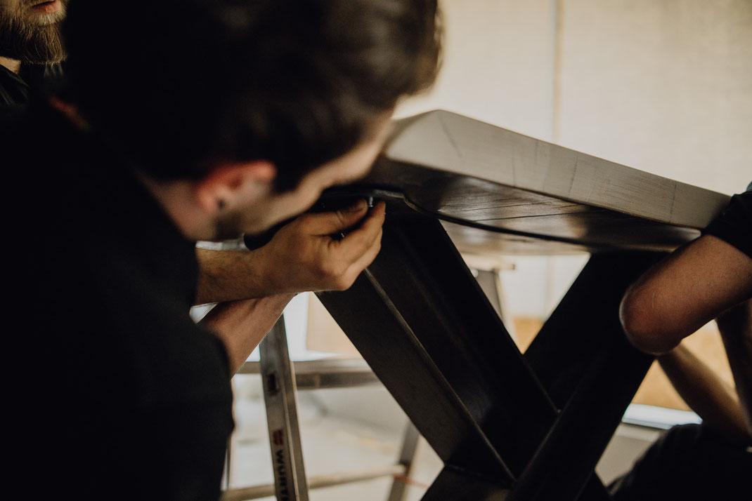 Designer Tisch verschrauben, letzte Schritte