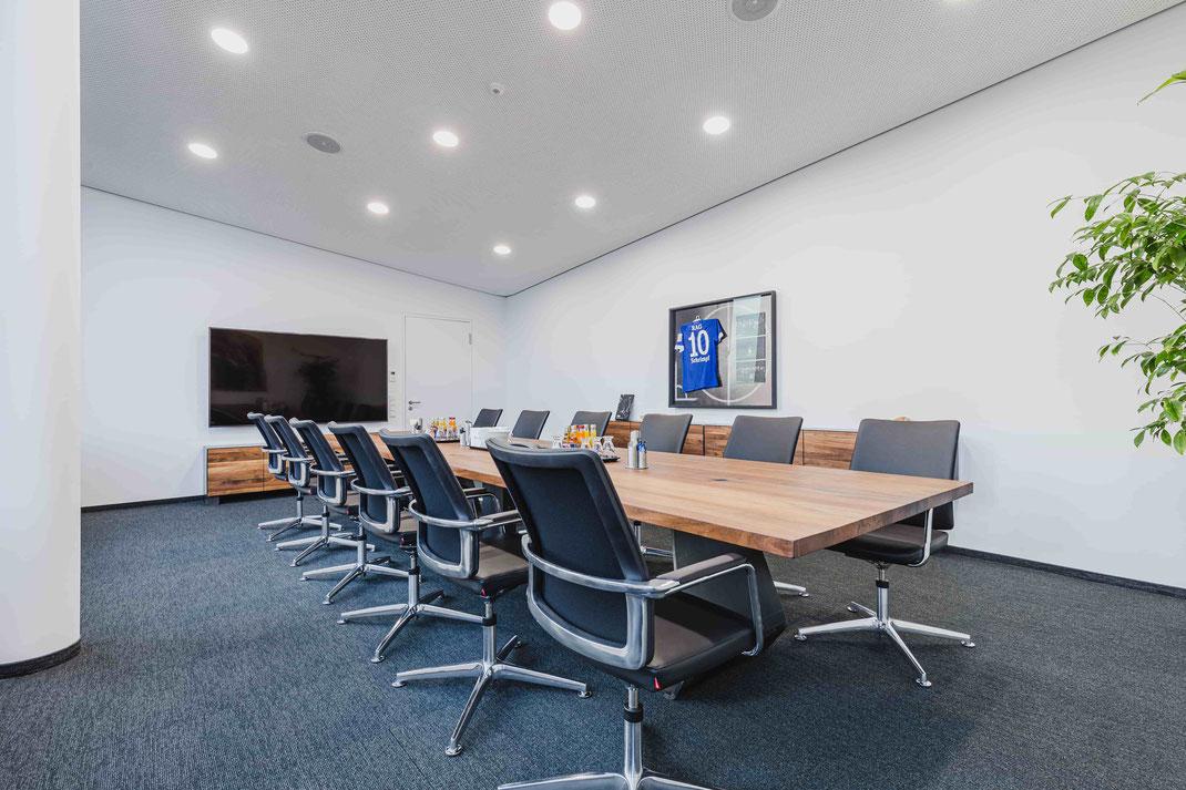 Beeindruckend und hochwertig - ein moderner Konferenztische ist ein Garant für gute Kunden- und Mitarbeitergespräche in einer modernen Firmeneinrichtung
