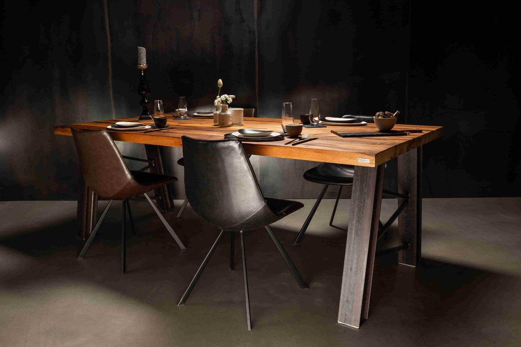 Altholz Tisch Tirol - Massivholzschönheit auf Industrie-Design Gestell Förderturm für einen einzigartigen Flair in Ihrer Einrichtung