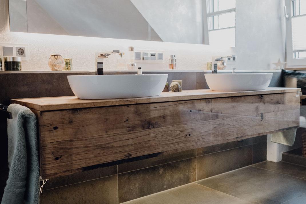 MÖBELLOFT Waschtisch aus massivem Holz in einem modernen Badezimmerdesign
