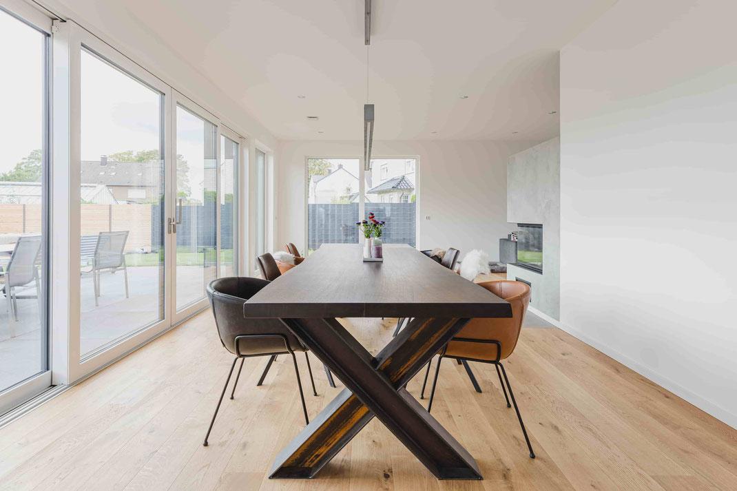 Einzigartig, lebendig, authentisch - ein Massivholz-Tisch aus Räuchereiche
