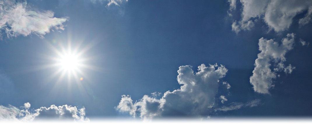 Intensive Sonneneinstrahlung an einem Sommertag mit harmlosen Quellwolken. | Bildquelle: Denny Karran