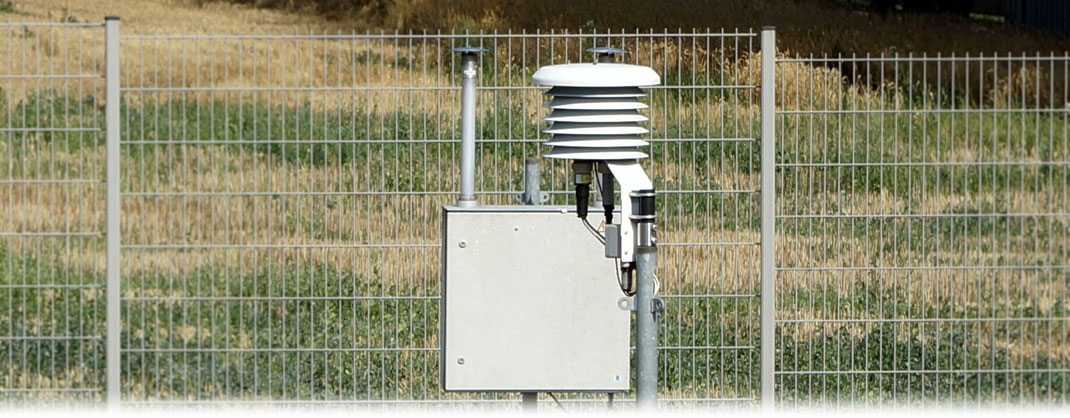In dieser LAM 630 Lamellenschutzhütte befindet sich das Platin-Widerstandsthermometer PT100 zur Messung der Temperatur in 2 Metern über einer Rasenfläche.  | Bildquelle: Denny Karran