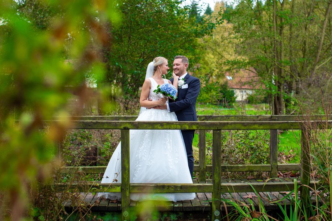 Brautpaar Shooting zusammen auf der Brücke